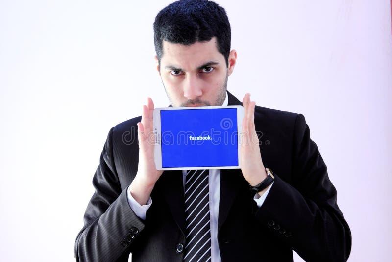 Arabischer Geschäftsmann mit facebook lizenzfreie stockfotos