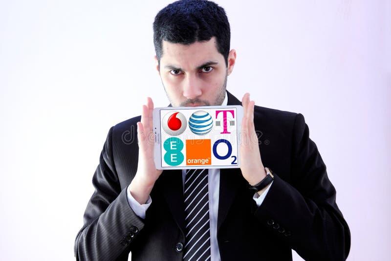 Arabischer Geschäftsmann mit Firmen des beweglichen Betreibers stockfotos