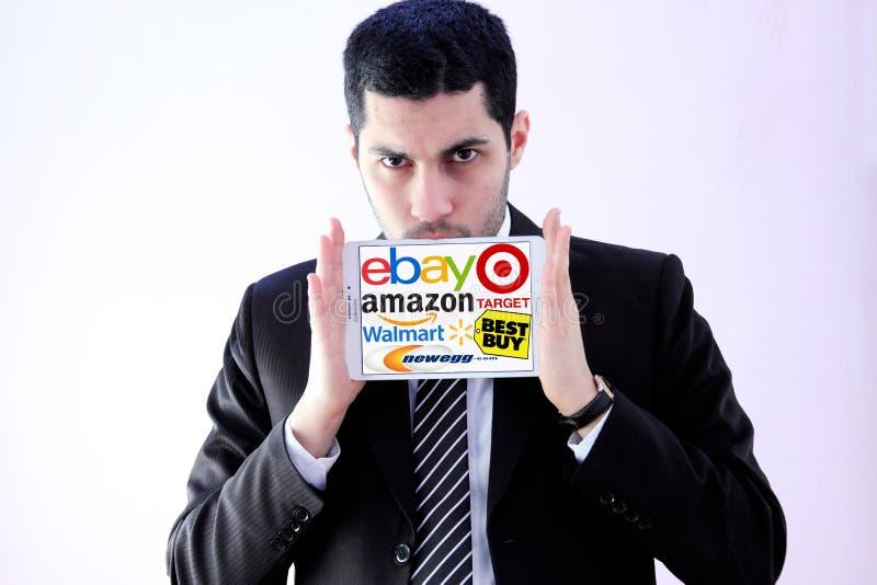 Arabischer Geschäftsmann mit on-line-Einkaufsmarktlogos lizenzfreie stockfotografie