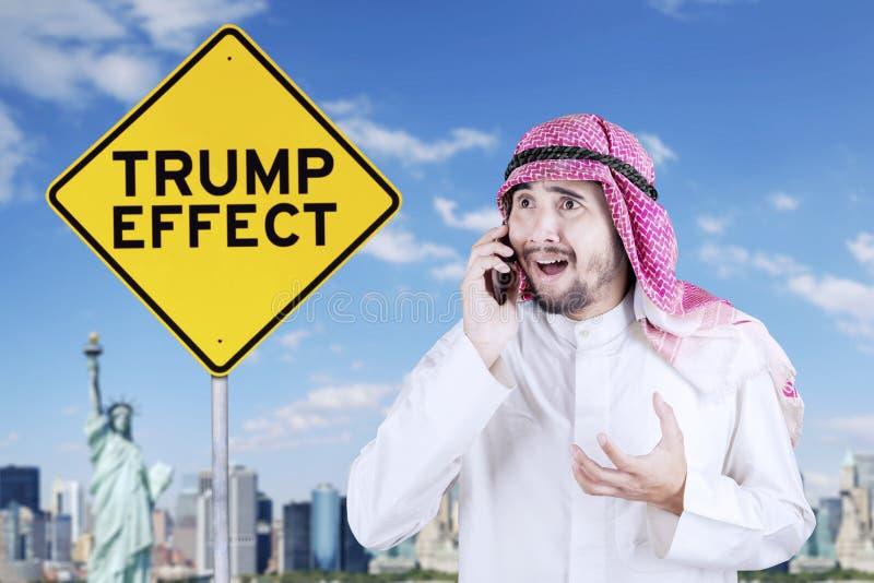 Arabischer Geschäftsmann mit Trumpf-Effektwort stockfoto