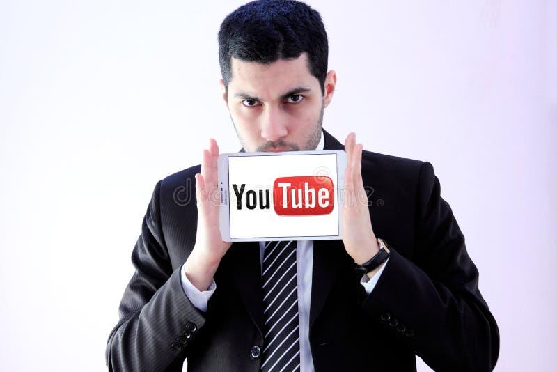 Arabischer Geschäftsmann mit Youtube stockfotos