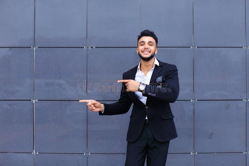 Arabischer Kerl im Geschäftszentrum steht das lächelnde Gehen langsam lizenzfreie stockfotos