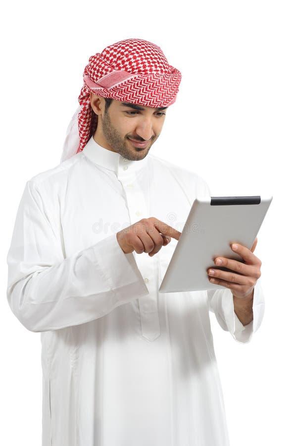 Arabischer Mann, der eine digitale Tablette grast lizenzfreies stockbild