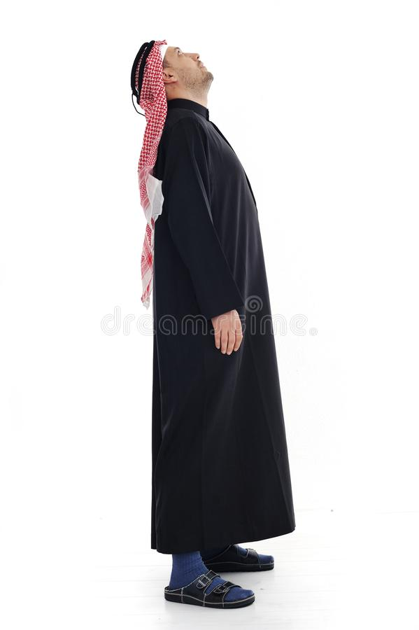 Arabischer Mann, der oben schaut lizenzfreies stockfoto