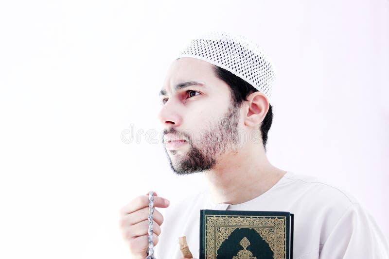 Arabischer moslemischer Mann mit koran Heiliger Schrift und Rosenbeet stockfoto