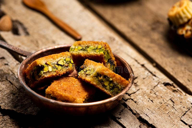 Arabischer Nachtisch mit Pistazie Kadayif-Stücken lizenzfreies stockbild
