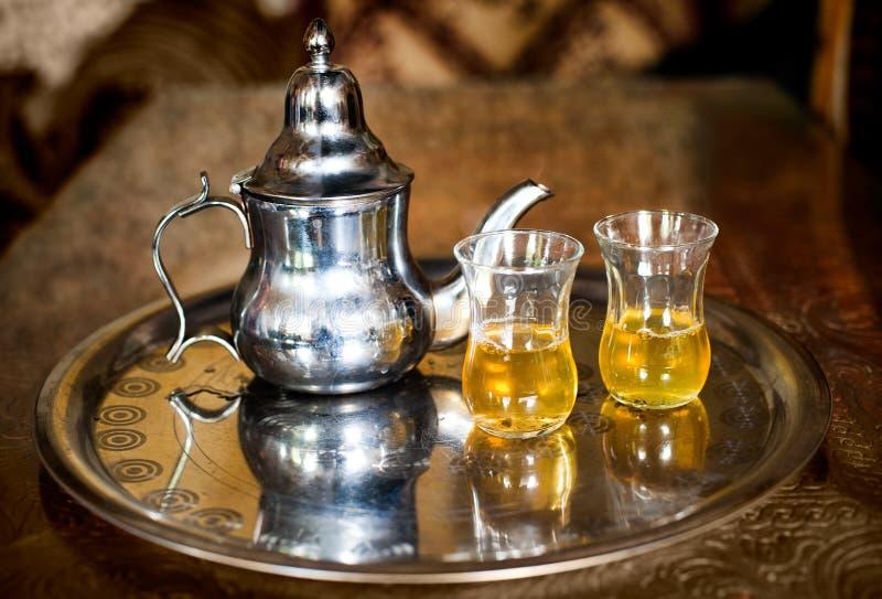 Arabischer Nana-Minzentee mit Metallteetopf und -gläsern lizenzfreie stockfotos