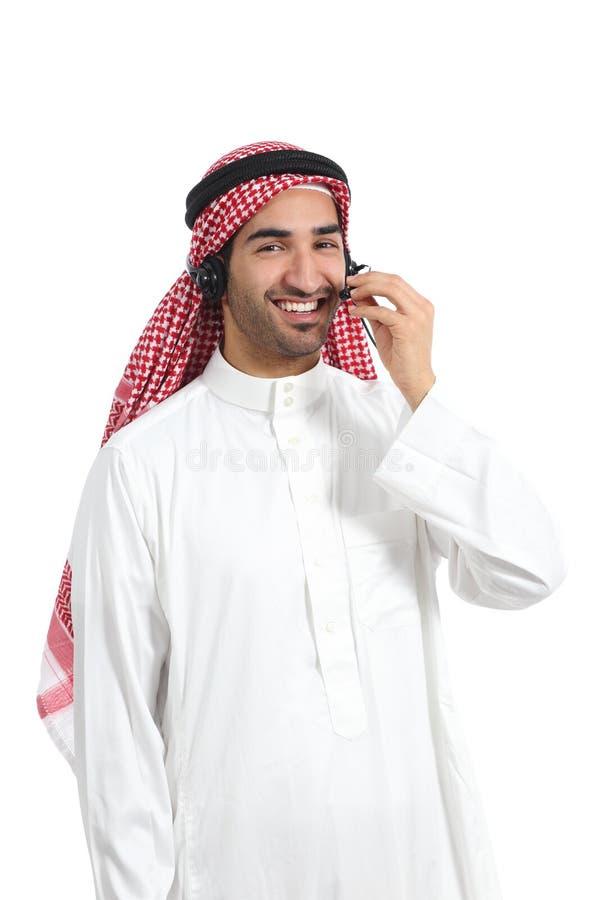 Arabischer saudischer Betreibermann, der mit Handlungsfreiheitskopfhörer am Telefon arbeitet lizenzfreies stockbild