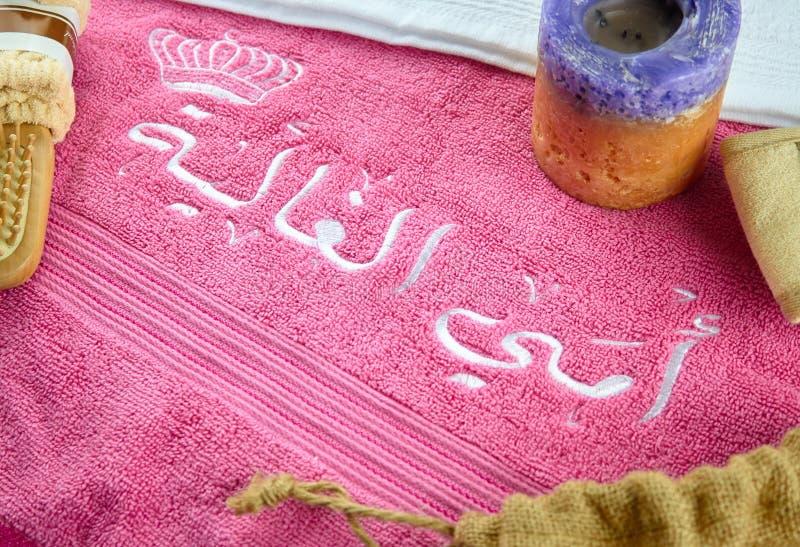 Arabischer Text u. Buchstaben gestickt auf Tüchern stockfotografie
