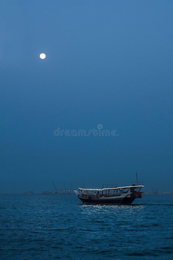 Arabisches Boot in den Dämmerungen stockfotografie