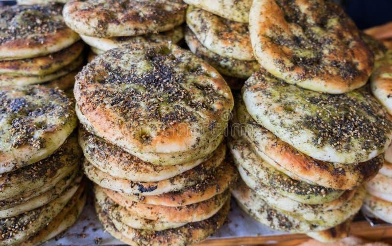 Arabisches Brot der Tradition - Pittabrot mit zaatar und indischem Sesam lizenzfreie stockfotografie
