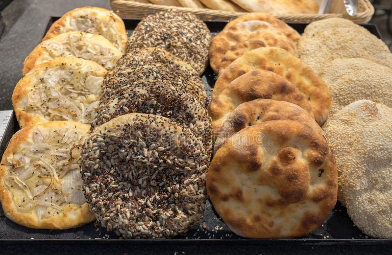 Arabisches Brot der Tradition - Pittabrot mit Zwiebeln und Samen stockfotos