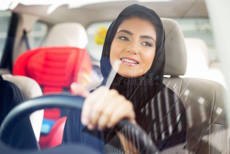 Arabisches Frauenfahren lizenzfreies stockbild