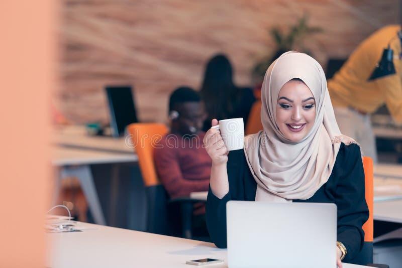 Arabisches Geschäftsfrau tragendes hijab, arbeitend im Startbüro lizenzfreie stockfotografie