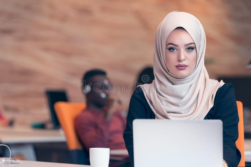 Arabisches Geschäftsfrau tragendes hijab, arbeitend im Startbüro stockfotografie