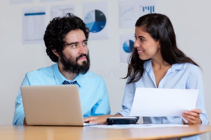 Arabisches Geschäftsteam bei der Arbeit am Schreibtisch stockfotos