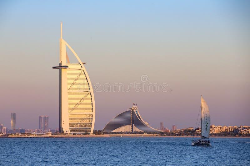 Arabisches Hotel des Burj Als am Sonnenuntergang lizenzfreies stockbild