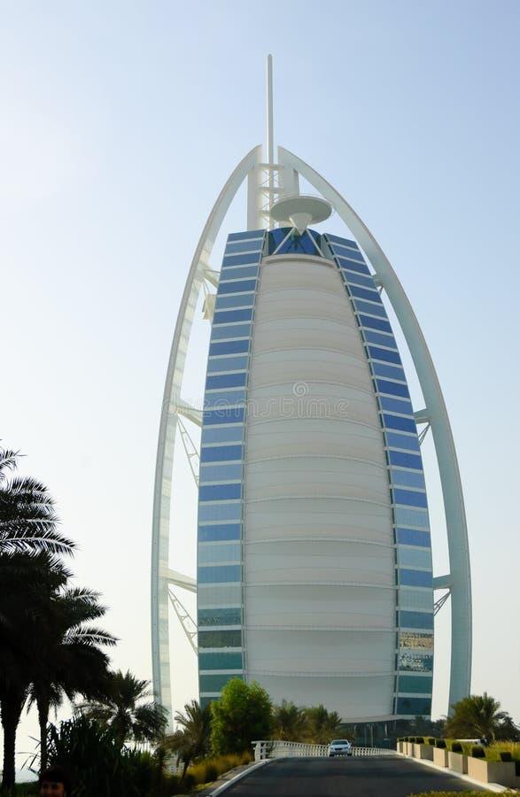 Arabisches Hotel des Burj Als während des Sonnenuntergangs stockfotos