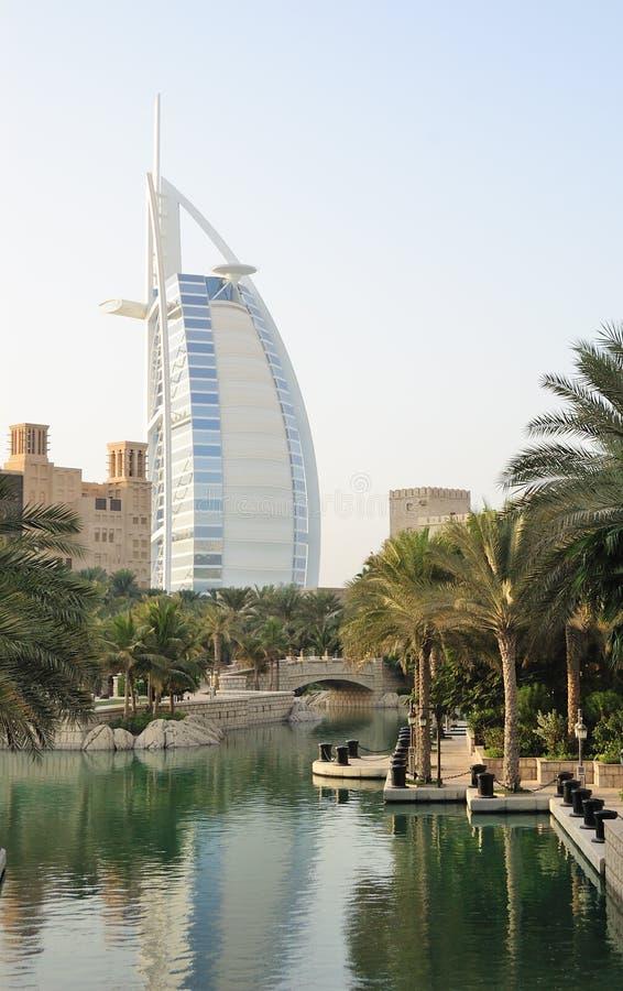 Arabisches Hotel des Burj Als während des Sonnenuntergangs lizenzfreie stockfotografie