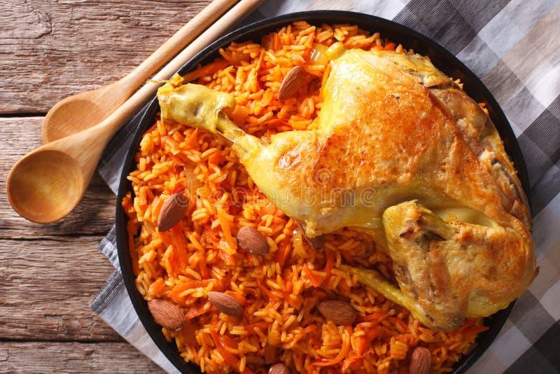 Arabisches Lebensmittel Kabsa: Huhn mit Reis und Gemüsenahaufnahme Ho lizenzfreies stockfoto
