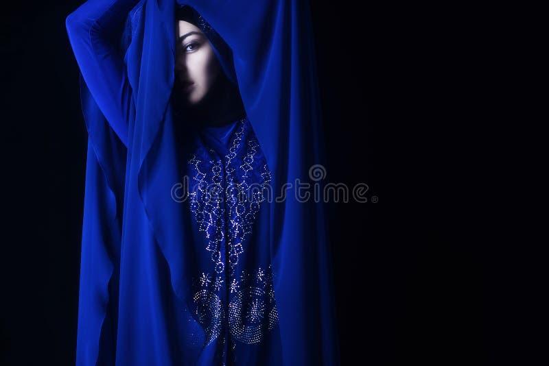 Arabisches Mädchen im blauen hijab, blaues Auge stockbilder