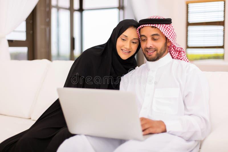 Arabisches Paarlaptophaus stockbild