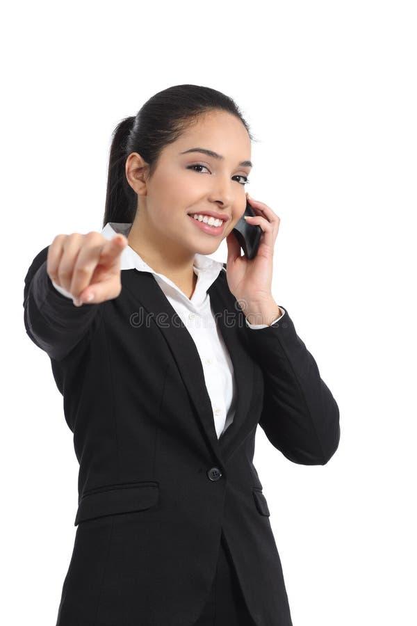 Arabisk affärskvinna på telefonen som pekar på kameran royaltyfri fotografi