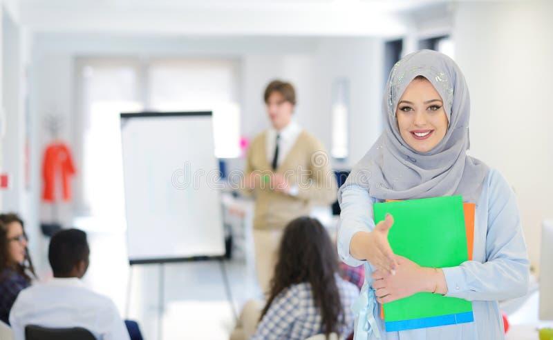 Arabisk affärskvinna som arbetar i lag med hennes kollegor på det startup kontoret arkivbild