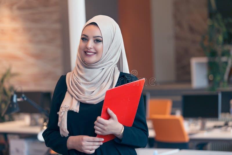 Arabisk affärskvinna som rymmer en mapp i modernt startup kontor royaltyfri foto