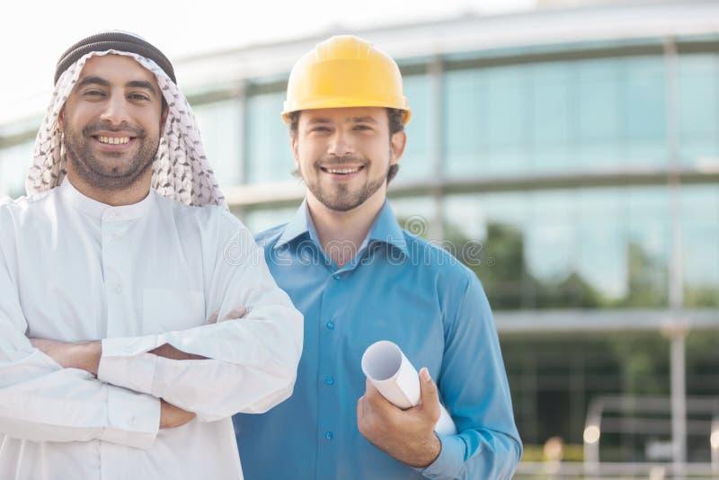 Arabisk affärsman och arkitekt. arkivfoton