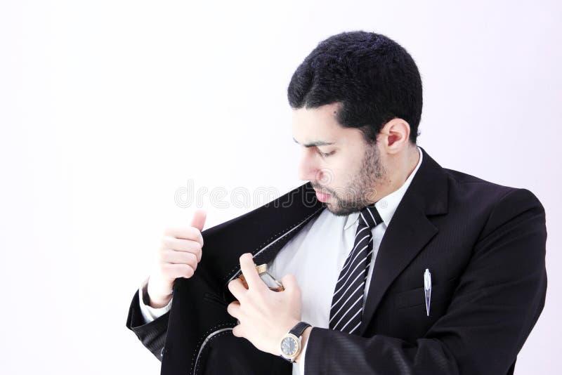 Arabisk affärsman som använder doft royaltyfria bilder