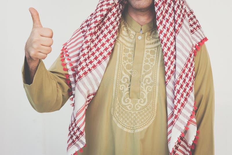 Arabisk affärsmanvisningtumme arkivfoto