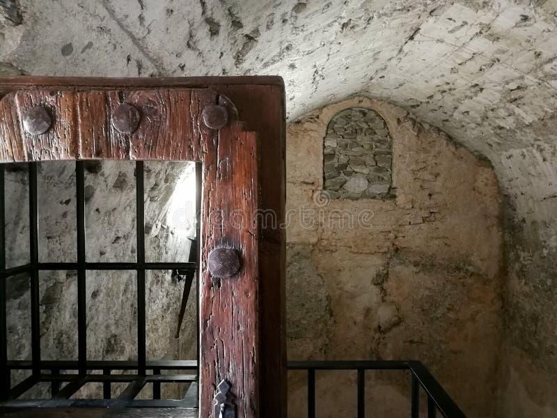 Arabisk cistern med den gamla dörren fotografering för bildbyråer