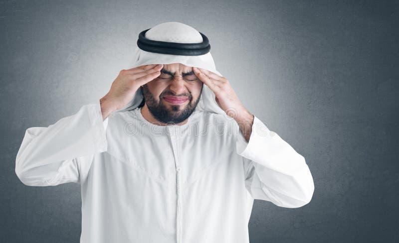 arabisk clipping som har huvudvärkmanbanan arkivbild
