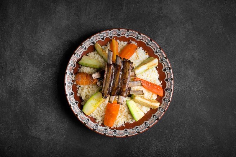 Arabisk dichcouscous som är förberedd med kött och veggies royaltyfria bilder