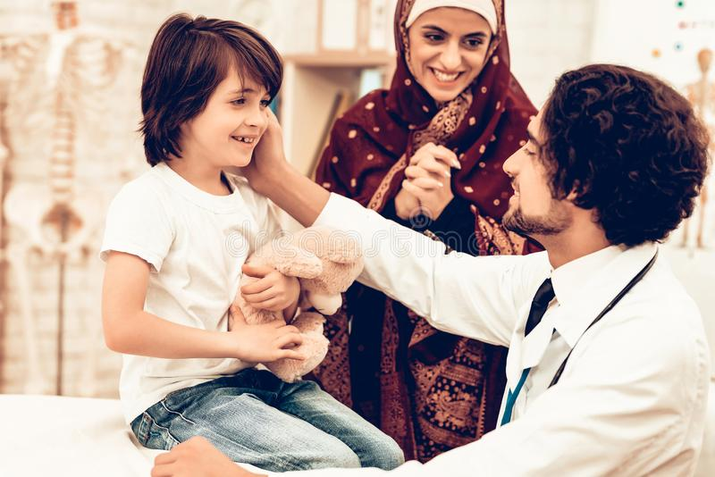 Arabisk doktor Giving Toy till den lilla gulliga patienten arkivfoton