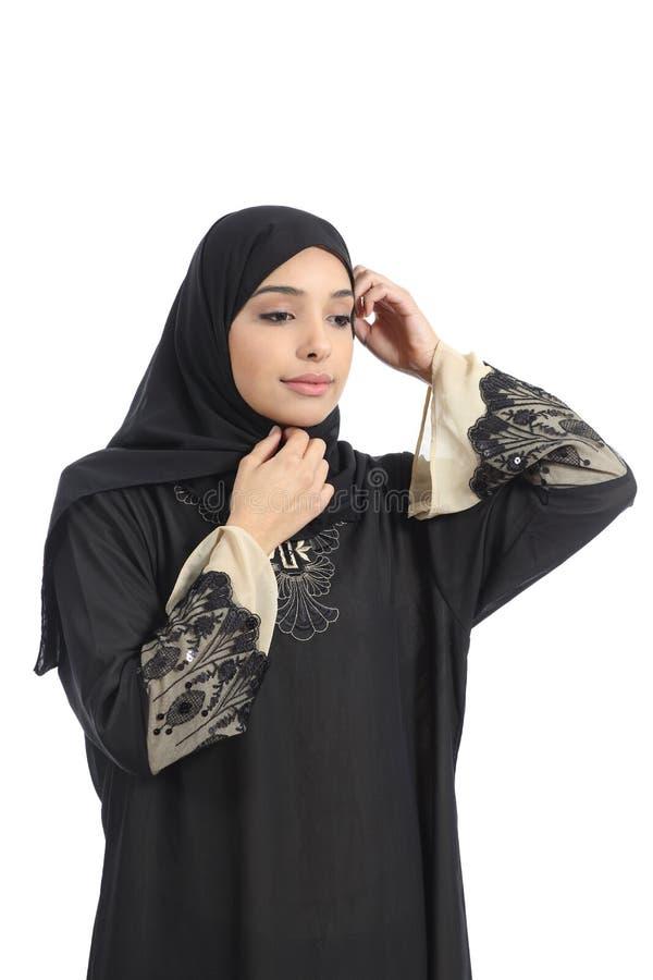 Arabisk dressing för saudieremiratkvinna som sätter en halsduk arkivbilder