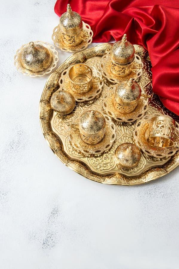 Arabisk för Ramadan Red för guld- koppar för tekaffeservice garnering ferier royaltyfri foto
