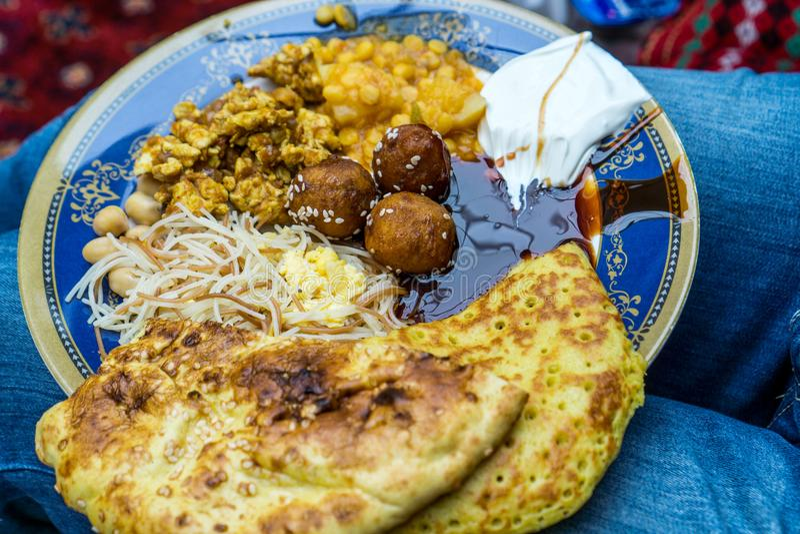Arabisk frukost medan i Dubai, UAE arkivbilder