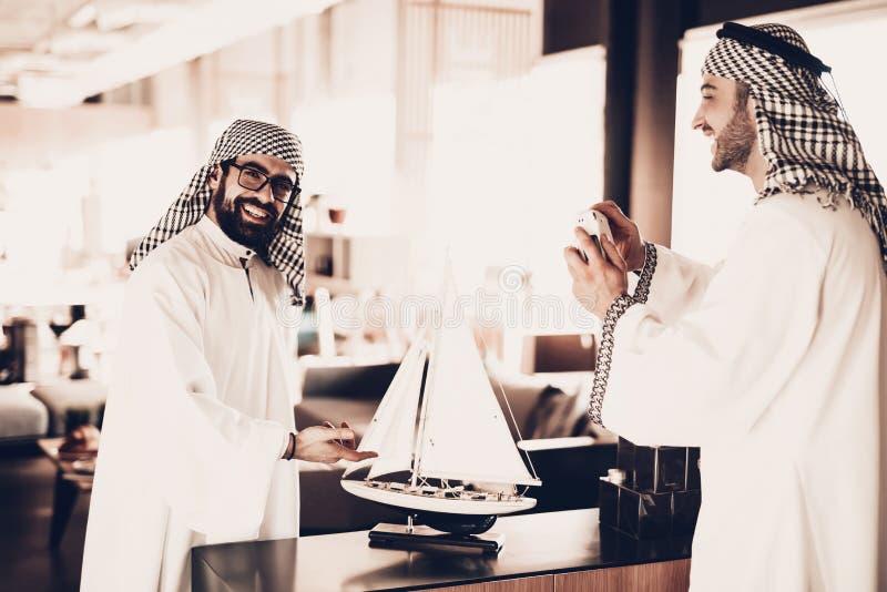 Arabisk görande shoto med skeppmodellen för vänner arkivbilder