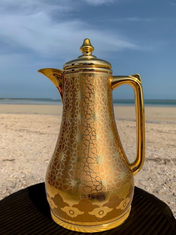 Arabisk kaffekruka vid havet royaltyfri foto
