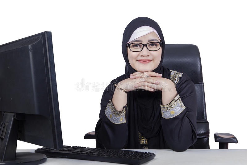 Arabisk kvinna med datoren på skrivbordet arkivfoto