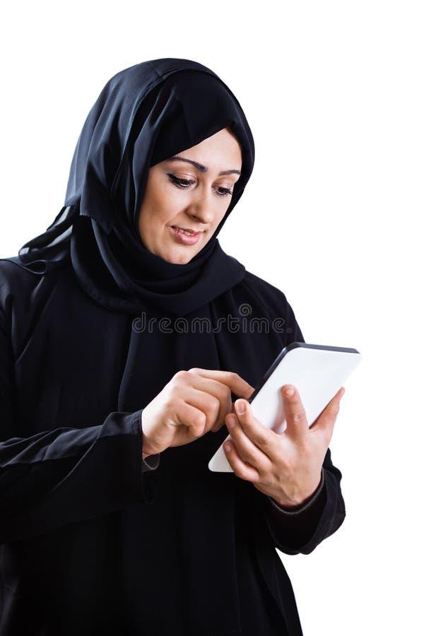 Arabisk kvinna som använder den digitala minnestavlan arkivfoto