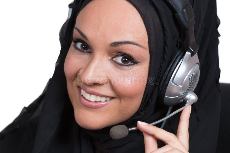 Arabisk kvinna som arbetar som en kundtjänstrepresentant fotografering för bildbyråer