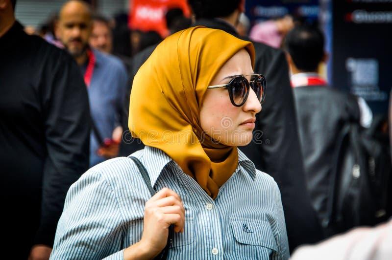 Arabisk kvinna som besöker Gulfood 2019 fotografering för bildbyråer