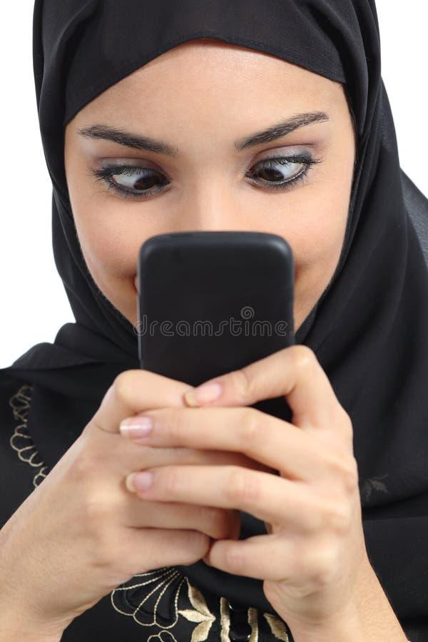 Arabisk kvinna som missbrukas till smartphonen arkivfoton