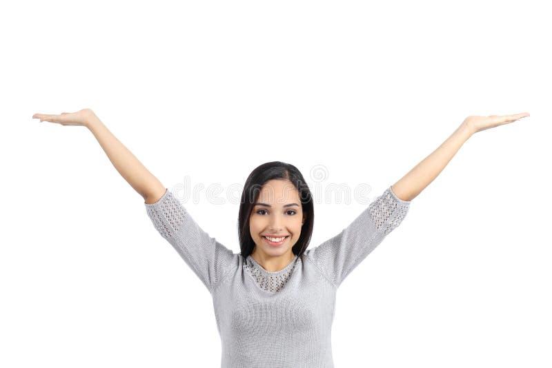 Arabisk kvinna som rymmer en advertizing som lyfter armar royaltyfri foto