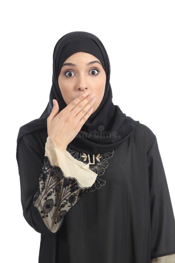 Arabisk kvinna som täcker hennes mun med hennes hand arkivfoton