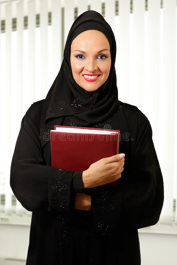 Arabisk kvinna, traditionellt klätt, anseende i kontoret arkivbild