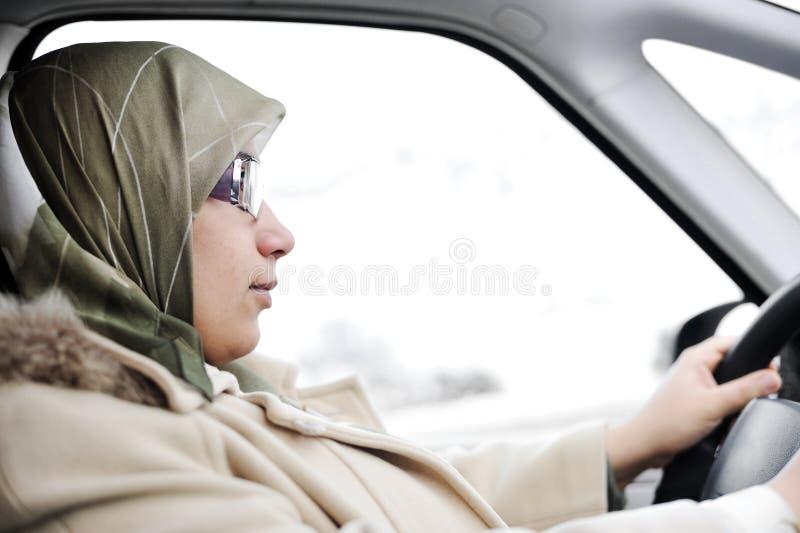 Arabisk kvinnakörning för Muslim royaltyfri foto